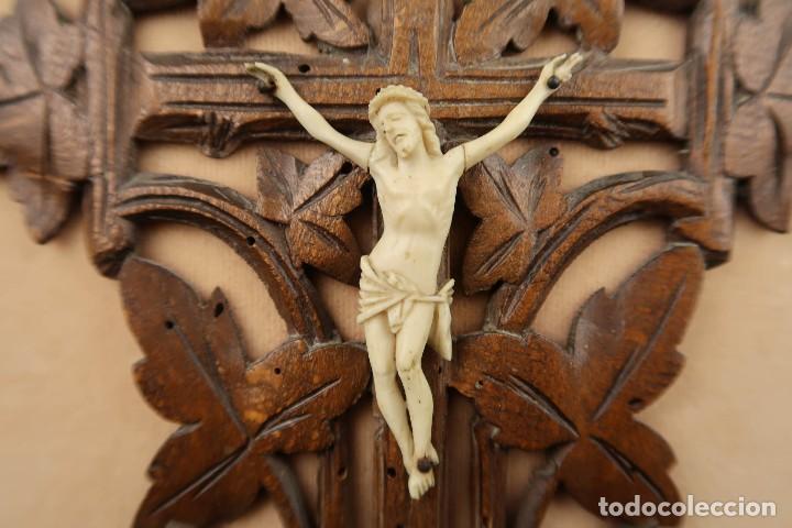 Antigüedades: Antiguo Crucifijo en madera y Cristo en Hueso Tallado - Foto 3 - 184192628