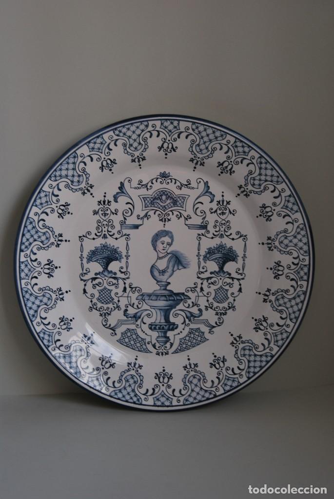 PLATO DE CERÁMICA DE ALCORA - 32 CM - FIRMADO (Antigüedades - Porcelanas y Cerámicas - Alcora)