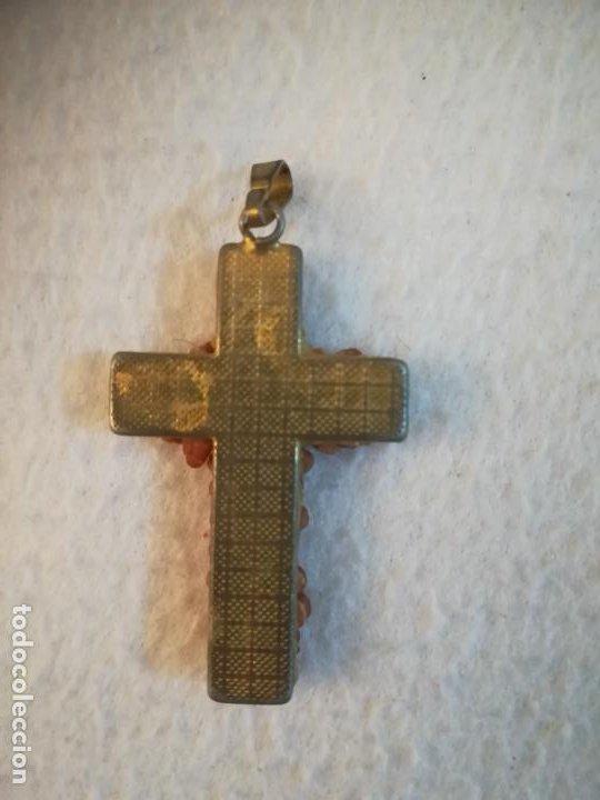 Antigüedades: ANTIGUA MEDALLA. CRUZ RELIGIOSA DECORADA CON ROSAS DE COLOR CORAL. COLGANTE. 3 X 4CM . VER - Foto 2 - 184214675