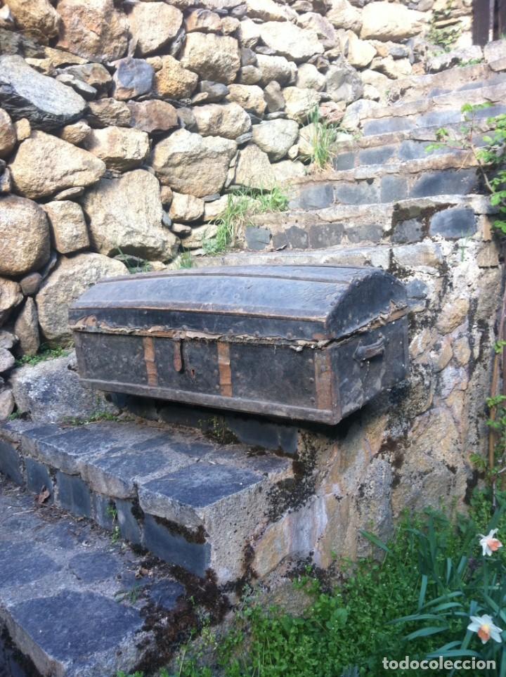 ANTIGUO BAÚL DE MADERA FORRADO CON PIEL (Antigüedades - Muebles Antiguos - Baúles Antiguos)
