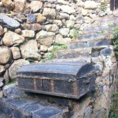 Antigüedades: ANTIGUO BAÚL DE MADERA FORRADO CON PIEL. Lote 184216996