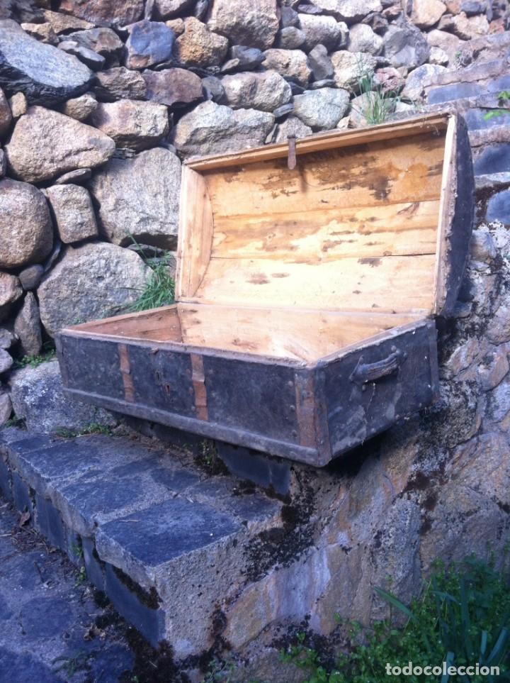 Antigüedades: Antiguo baúl de madera forrado con piel - Foto 2 - 184216996