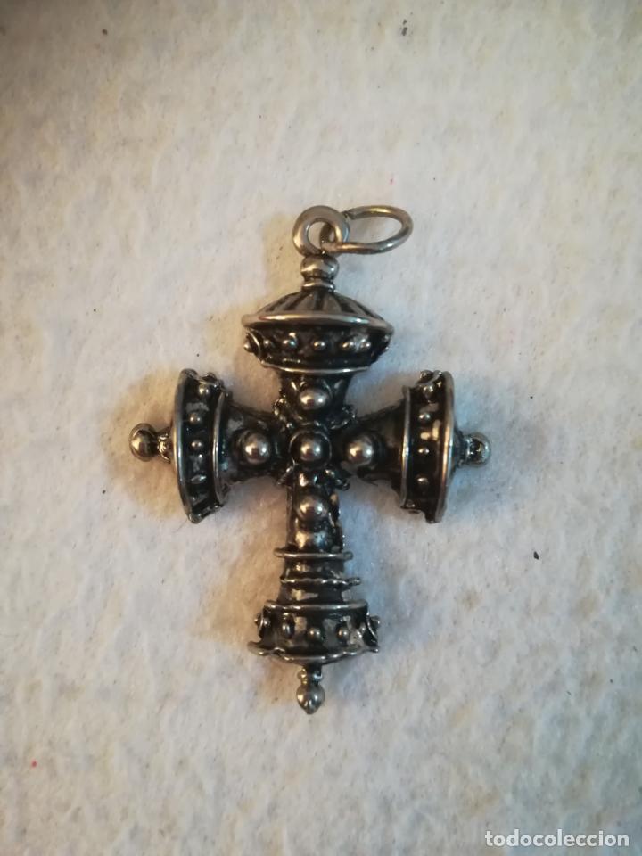ANTIGUA CRUZ METALICA. DETALLES REDONDOS EN RELIEVE. COLGANTE. TIPO GRIEGA ORTODOXA. 3.5 X 4CM. VER (Antigüedades - Religiosas - Crucifijos Antiguos)