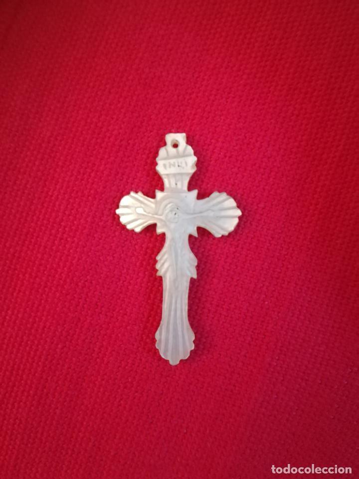 ANTIGUA CRUZ. NACAR? LABRADA CON DIBUJO DE CRISTO CRUCIFICADO E INRI. 2 X 4CM. VER FOTOS (Antigüedades - Religiosas - Crucifijos Antiguos)