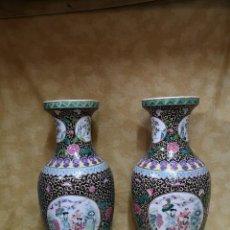 Antigüedades: PAREJA JARRONES FAMILIA NEGRA. Lote 184221602