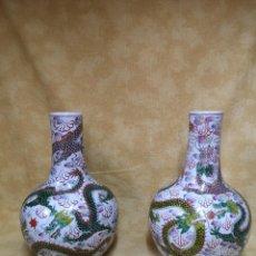 Antigüedades: PAREJA DE JARRONES CHINOS CON DRAGONES. Lote 184222562