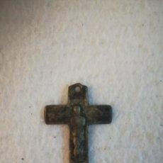 Antigüedades: ANTIGUA CRUZ DE DOBLE IMAGEN. CRISTO CRUCIFICADO Y RESUCITADO. PARA LIMPIAR. COLGANTE. 3 X 4CM. VER. Lote 184223235