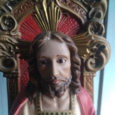 Antigüedades: SAGRADO CORAZON ENTRONIZADO DE ESTUCO ANTIGUO. Lote 184259251