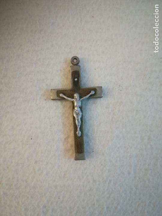 ANTIGUA CRUZ DE MADERA Y METAL. CON CRISTO CRUCIFICADO. COLGANTE. 3.5 X 6CM. VER (Antigüedades - Religiosas - Crucifijos Antiguos)