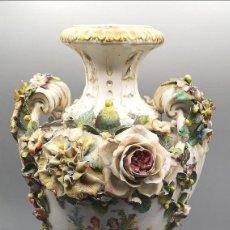 Antigüedades: JARRÓN DE PORCELANA ROCOCO. Lote 184273295