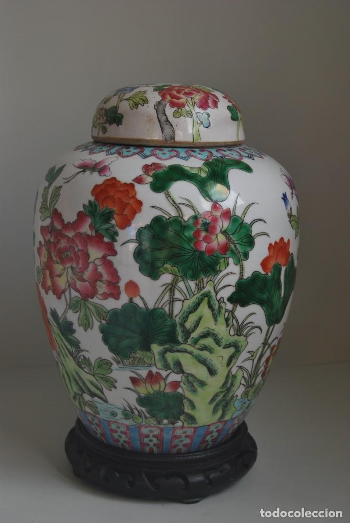 TIBOR DE PORCELANA CHINA - DECORACIÓN FLORAL - PEANA DE MADERA - GRAN TAMAÑO (Antigüedades - Porcelanas y Cerámicas - China)