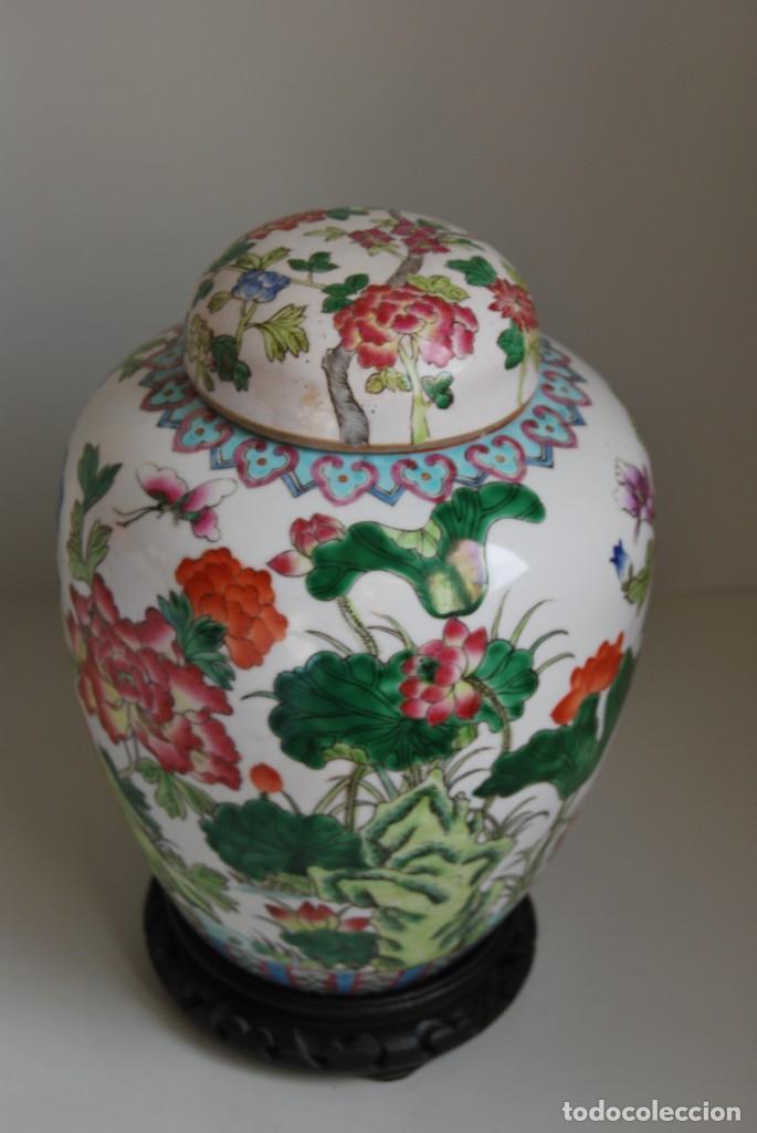 Antigüedades: TIBOR DE PORCELANA CHINA - DECORACIÓN FLORAL - PEANA DE MADERA - GRAN TAMAÑO - Foto 2 - 184279107