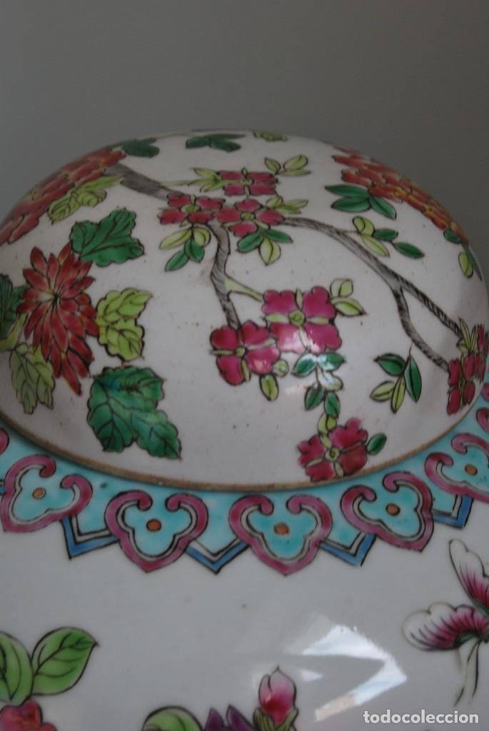 Antigüedades: TIBOR DE PORCELANA CHINA - DECORACIÓN FLORAL - PEANA DE MADERA - GRAN TAMAÑO - Foto 5 - 184279107