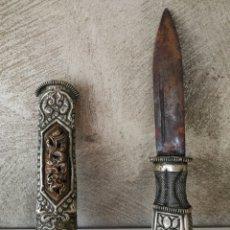 Antigüedades: ANTIGUO CUCHILLO O PUÑAL CON FUNDA DE ALPACA REPUJADA. Lote 184314955