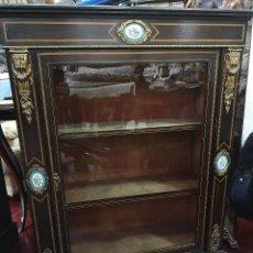 Antigüedades: MUEBLE VITRINA FRANCESA CON PORCELANA. Lote 184335412