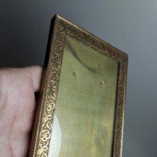 Antigüedades: ANTIGUO MARCO PORTAFOTOS DE BRONCE-LATON CON EXCELENTE RELIEVE FLORAL CIRCA 1900. Lote 184364450