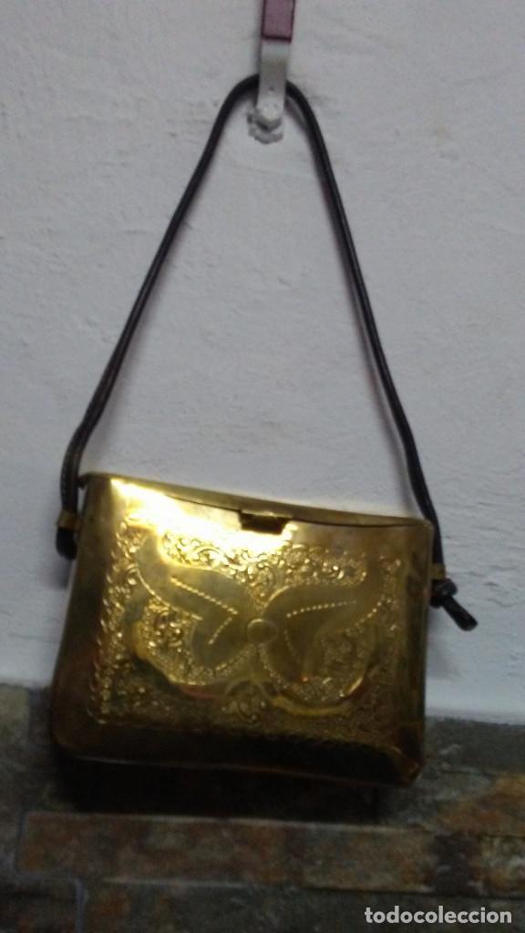 ANTIGUO BOLSO DE BRONCE O LATÓN GRABADO (Antigüedades - Moda - Bolsos Antiguos)
