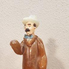 Antigüedades: HOMBRE DE FLOR EN MANO. FIGURA DE CRISTAL DE BOHEMIA FABRICADA EN LA ANTIGÚA CHECOSLOVAQUIA.. Lote 184408277