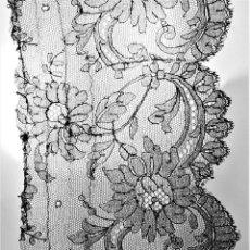 Antigüedades: BANDA DE ENCAJE. BORDADO A LA AGUJA SOBRE TUL DE COLOR NEGRO. ESPAÑA. XIX. Lote 184448326