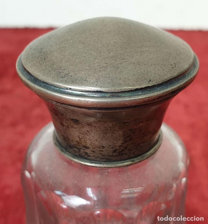 Antigüedades: JUEGO DE TARROS DE TOCADOR. CRISTAL TALLADO. TAPONES DE PLATA. SIGLO XX. - Foto 2 - 184507391
