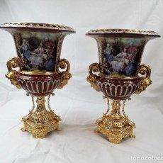 Antigüedades: PAREJA DE JARRONES PORCELANA CON SELLO. Lote 184508778