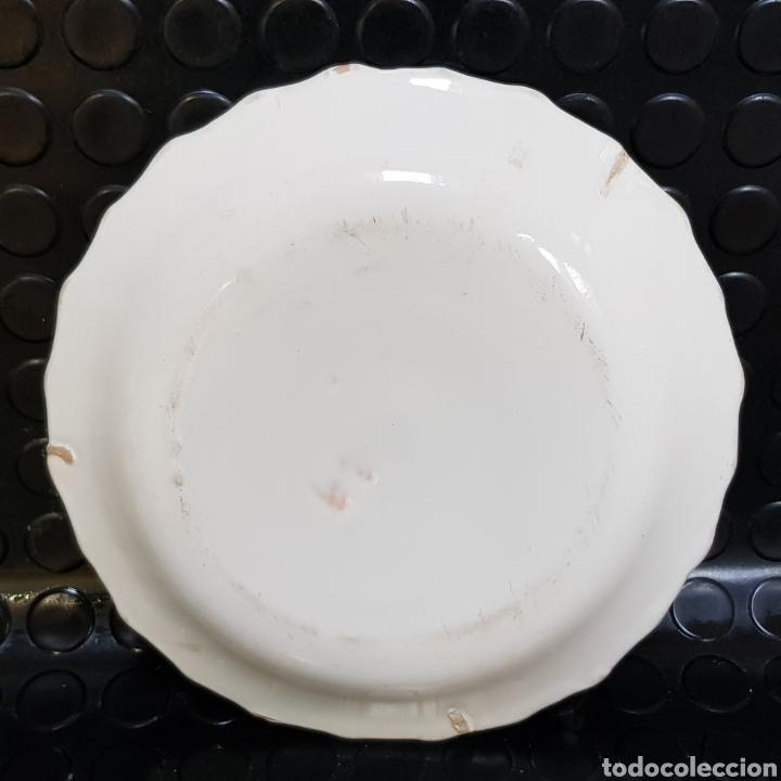 Antigüedades: Plato en cerámica de Alcora o Talavera. Con ramito en el centro y tres filos en el borde - Foto 7 - 184550037