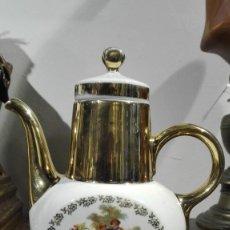 Antigüedades: LECHERA DE PORCELANA DECORADA CON ESCENA ROMÁNTICA. Lote 184550103