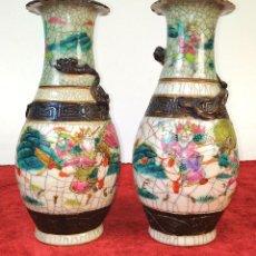Antigüedades: PAREJA DE JARRONES. PORCELANA ESMALTADA. CHINA. PRINCIPIOS SIGLO XX. Lote 184551270
