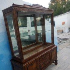 Antigüedades: ANTIGUA VITRINA EXPOSITOR,MADERA DE ROBLE,TALLADA,PUERTAS LATERALES,CRISTALES BISELADOS,2 PIEZAS.. Lote 184553352