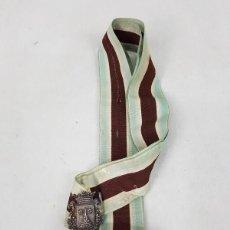 Antigüedades: BROCHE ANTIGUO DE PLATA CON CINTA DE SEDA. Lote 184562915