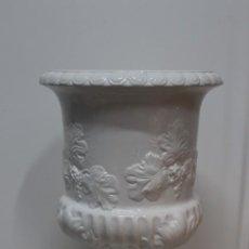 Antigüedades: ENORME MACETERO CERÁMICA BLANCA DE MANISES.66 CM DE ALTURA.MITAD DEL SIGLO XX. Lote 184584197