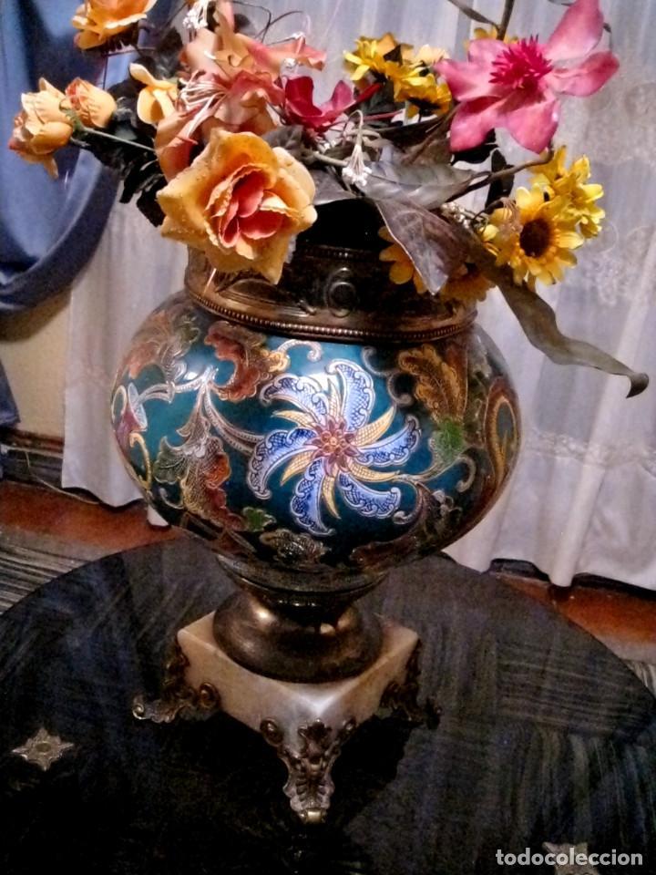 JARRÓN MACETERO FLORERO CERÁMICA ESMALTADA, LATÓN Y BASE DE MARMOL. (Antigüedades - Hogar y Decoración - Jarrones Antiguos)