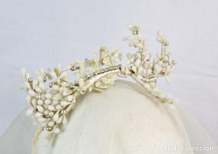 Antigüedades: Tiara de novia flores de cera azahar, pps s XX, detalles de strass. - Foto 3 - 184606583
