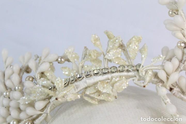 Antigüedades: Tiara de novia flores de cera azahar, pps s XX, detalles de strass. - Foto 4 - 184606583