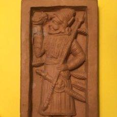 Antigüedades: BAJO RELIEVE CERAMICA IZQUIERDA CAZADOR ASIRIO ASSURBANIPAL LANZA HALCON MESOPOTAMIA AZULEJO BARRO. Lote 184608062