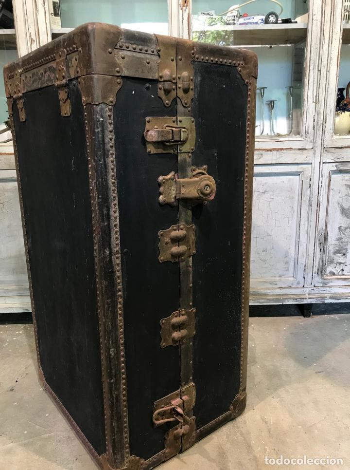 ANTIGUO BAÚL DE VIAJE MUNDO (Antigüedades - Muebles Antiguos - Baúles Antiguos)