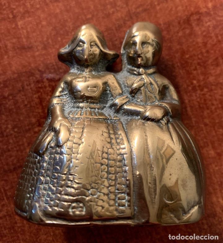 CAMPANA/CAMPANILLA DE BRONCE. PAREJA ATAVIADA CON FALDONES. (Antigüedades - Hogar y Decoración - Campanas Antiguas)