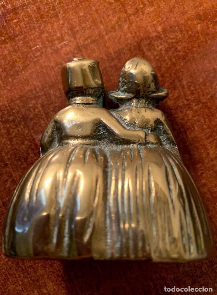 Antigüedades: Campana/campanilla de bronce. Pareja ataviada con faldones. - Foto 2 - 184639240