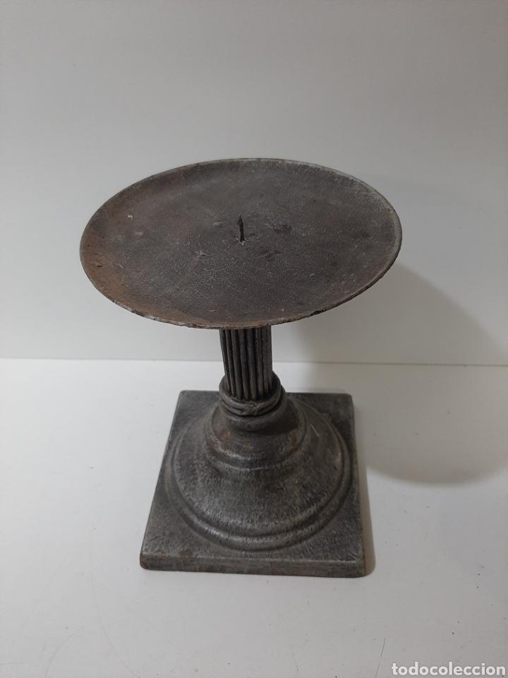 Antigüedades: Antiguo porta velas de hierro fundido, velonero, palmatoria, candelabro. Muy bonito y antiguo. - Foto 2 - 184658463
