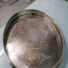Antigüedades: IMPONENTE BANDEJA MODERNISTA METAL PLATEADO. 1600 GR. 46X31X3,5 CM. DECORACIÓN VEGETAL.. Lote 184689988