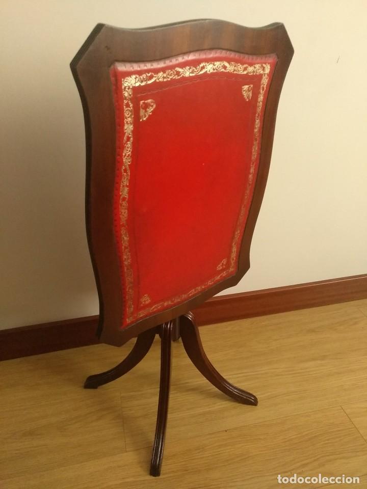 MESA AUXILIAR VELADOR ABATIBLE EN MADERA Y PIEL (Antigüedades - Muebles Antiguos - Veladores Antiguos)