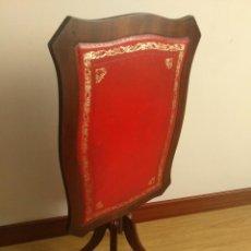 Antiquités: MESA AUXILIAR VELADOR ABATIBLE EN MADERA Y PIEL. Lote 184703341