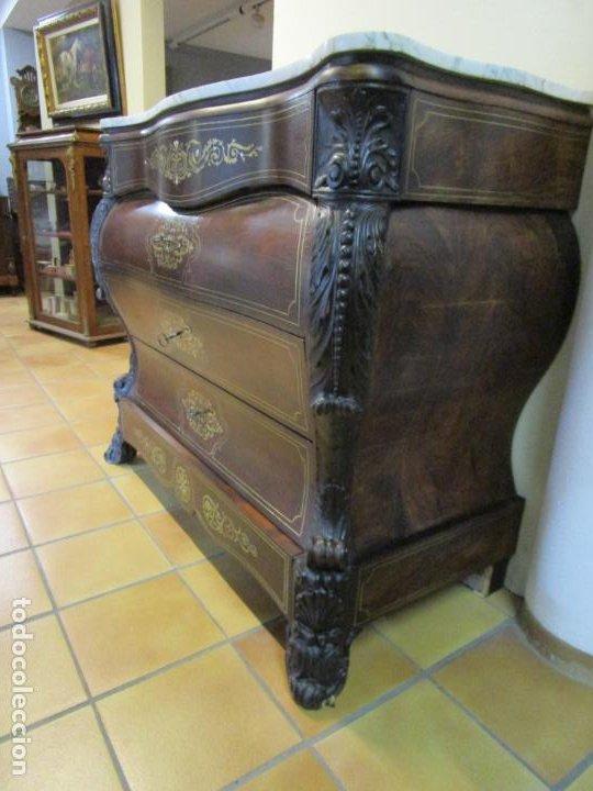 Antigüedades: Cómoda Isabelina Bombeada - Madera Jacarandá - Marquetería en Latón - Finas Tallas - S. XIX - Foto 2 - 184715042
