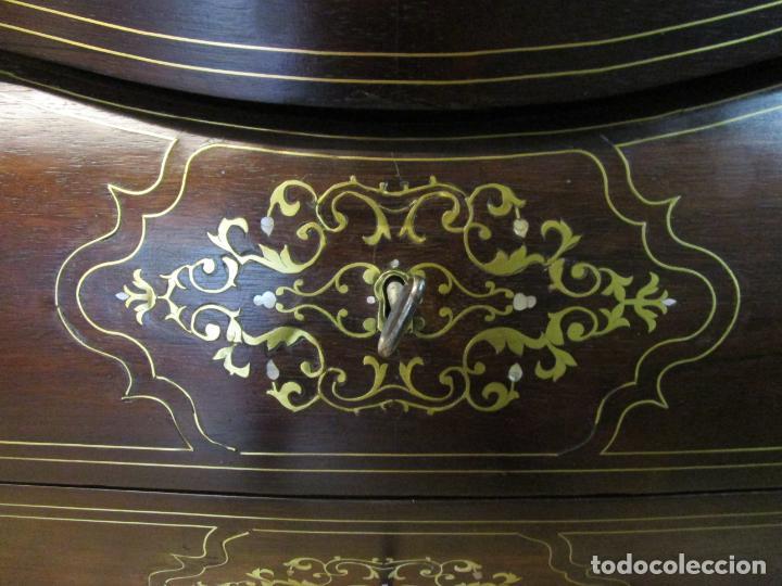 Antigüedades: Cómoda Isabelina Bombeada - Madera Jacarandá - Marquetería en Latón - Finas Tallas - S. XIX - Foto 13 - 184715042