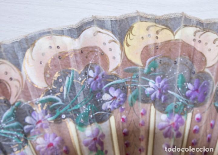 Antigüedades: Abanico pintado a mano.Varillaje hueso/madera tallado y pintado.País de Tul con pequeñas lentejuelas - Foto 4 - 184736590