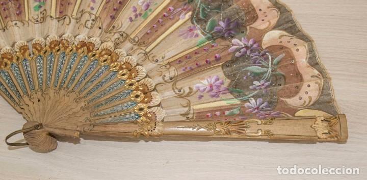 Antigüedades: Abanico pintado a mano.Varillaje hueso/madera tallado y pintado.País de Tul con pequeñas lentejuelas - Foto 6 - 184736590
