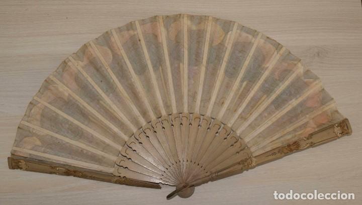 Antigüedades: Abanico pintado a mano.Varillaje hueso/madera tallado y pintado.País de Tul con pequeñas lentejuelas - Foto 7 - 184736590