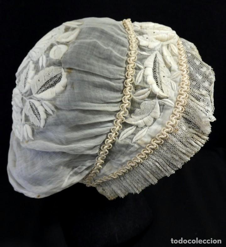 ANTIGUO GORRO DE MUSELINA BORDADA Y ENCAJE S. XIX (Antigüedades - Moda - Sombreros Antiguos)