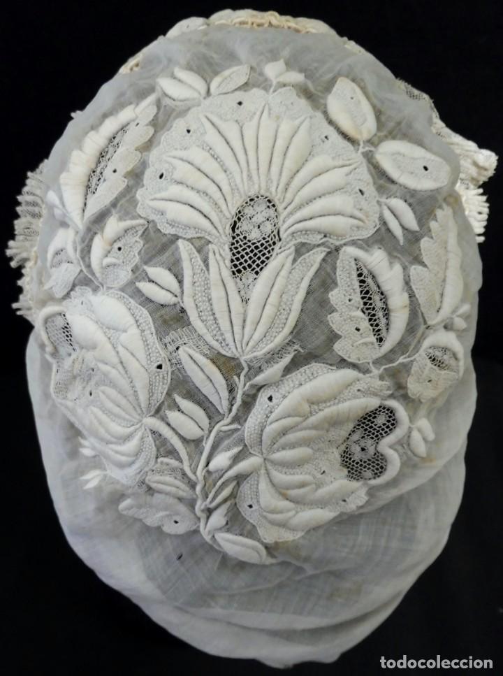 Antigüedades: ANTIGUO GORRO DE MUSELINA BORDADA Y ENCAJE S. XIX - Foto 5 - 184786777