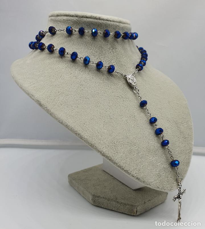 Antigüedades: Precioso rosario de cuentas en cristal azul irisado bellamente facetado y cruz plateada . - Foto 3 - 184796852